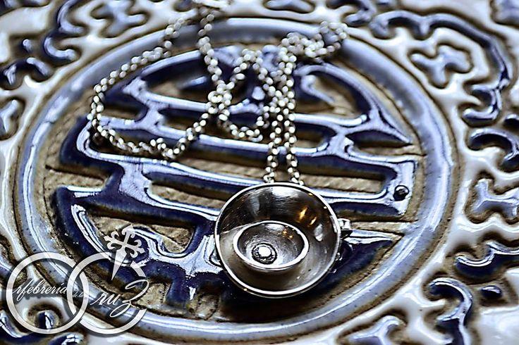 colgante de plata fina (950) bombeada con circón. Elaborado a mano por Orfebrería de la Cruz.