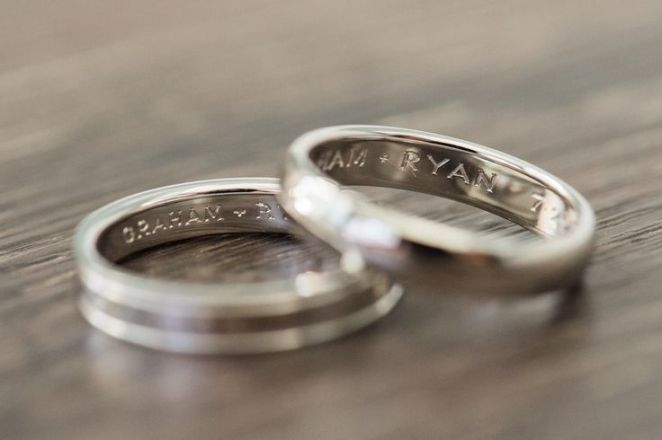 Bague de fiançailles 2017  Idée du groupe de mariage assortie  alliance bande de mariage gravée {Derek Chad Photograp