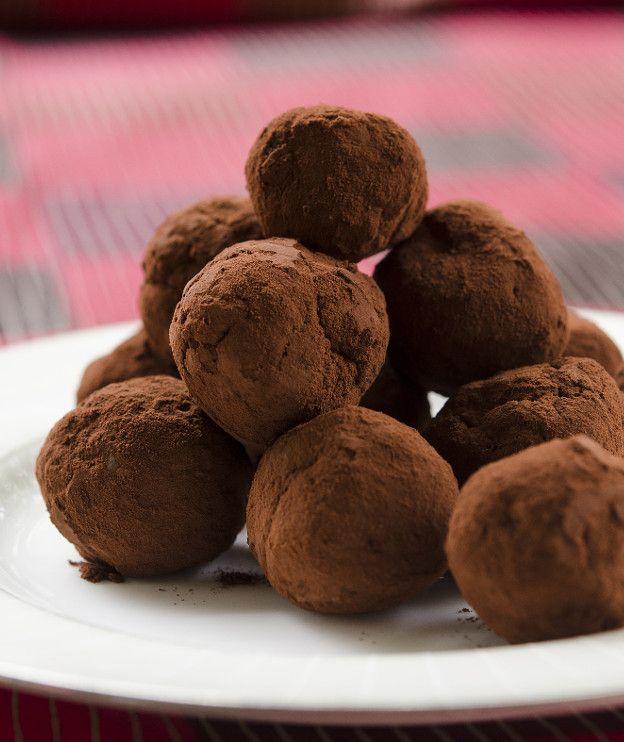 Με έτοιμο κέικ ή ακόμα και με βασιλόπιτα ή τσουρέκι μπορούμε να φτιάξουμε αυτές τις πανεύκολες τρούφες.