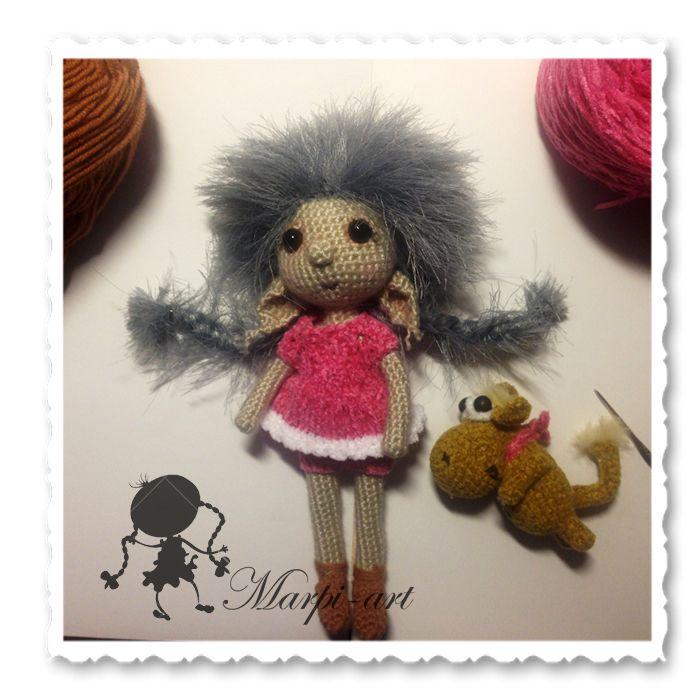 Вязаная кукла Смумочка и ее забавный друг Девочку зовут Алиса и она любит играть со своим забавным другом песиком. Рост Смумочки 19 см. Рост Песика 8 см. Девочка на каркасе, одежда не снимается, стоит с опорой. Песик стоит опираясь на хвостик. 2 500 руб