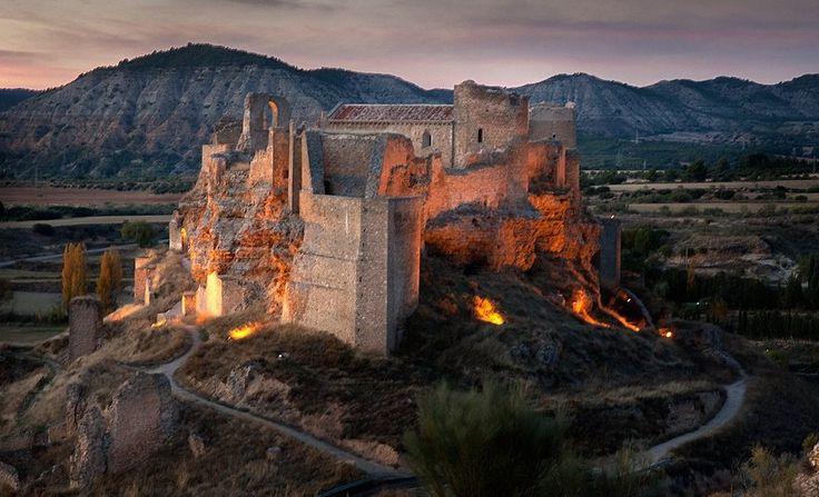 CASTLES OF SPAIN - Castillo-Alcazaba de Zorita de los Canes, Guadalajara. Construida por el Emir Mohamed I de Córdoba en el año 852, para la defensa del paso del río Tajo. En 1124 fue conquistada por los templarios, resistiendo más tarde ante el avance de los Almohades. En 1174 Alfonso VIII de Castilla cedió la alcazaba a la Orden de Calatrava, que la utilizaron como plaza fuerte ante las incursiones andalusíes. En 1180 se le concedió Fuero a Zorita, que incluía el derecho de pontazgo…