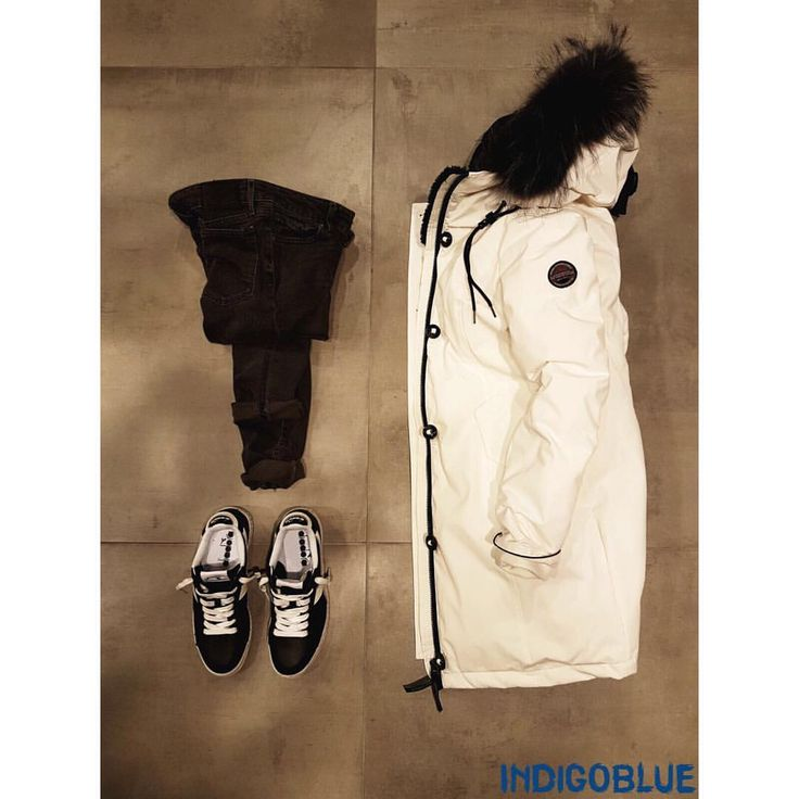 Composizione A/I '17 • #autunno #autumn #inverno #winter #donna #womenswear #parka #piumino #downjacket #museum #jeans #denim #levis #sneakers #diadora #bianco #white #nero #black • #indigoblue #mestre