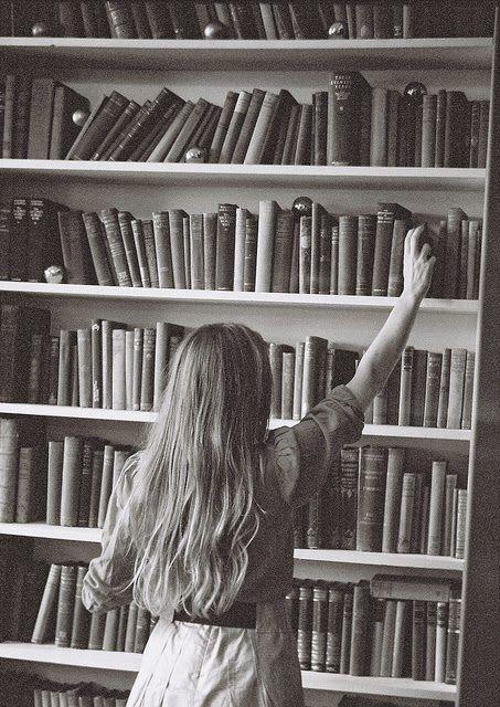 Chica leyendo. Tantos libros y tan poco tiempo.