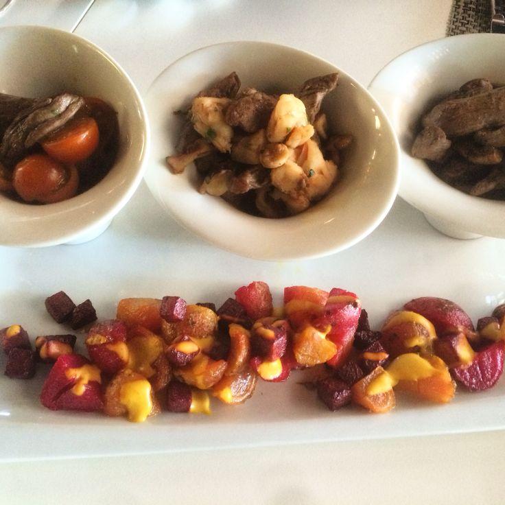 Trío de carnes: filete, lomo vetado y entraña de vacuno en salsas de hongos y camarones. Con papas chilotas y andinas.