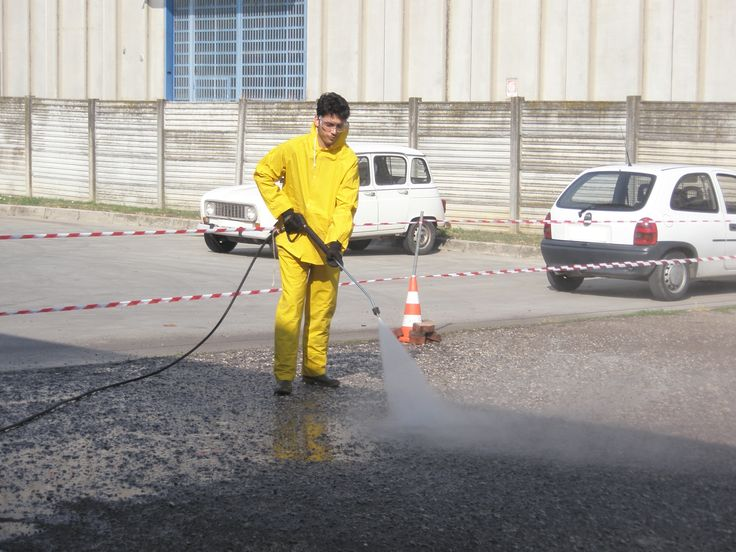 Con il sistema iDROwash puliamo qualsiasi tipo di pavimentazione (pietra, autobloccanti, asfalto, cemento, legno) sia civile che industriale. Tutti i nostri macchinari utilizzano acqua fredda ad alta pressione, studiati appositamente per la pulizia delle diverse superfici.