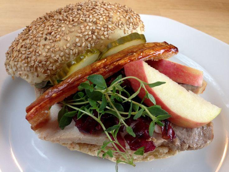 Flæskestegssandwich. Verdens bedste flæskestegsandwich med sprøde svær, frisk timian, æble, rødkål og agurkesalat i en hjemmebagt burgerboller.