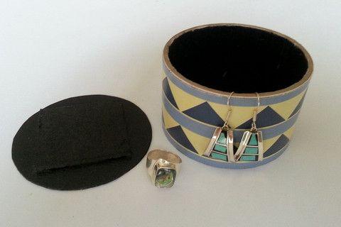 DIY: une boîte à bijoux mexicaine, archi simple, un vieux rouleau de scotch, de la suédine et vous aurez quasiment fini. Vos bijoux en argent ne trainent plus et ne s'abîment plus
