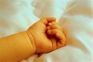 Трагедия в Каменке http://penza.press/18/07/2016/tragediya-v-kamenke/  Каменский межрайонный следственным отделом проводит проверку в связи с гибелью 4-месячного ребенка.Установлено, что в субботу, 16 июля, по адресу проживания в г. Каменке скончалась 4-месячная девочка. Вечером мать после кормления ребенка уложила его спать, через некоторое время она обнаружила ребенка без признаков жизни. При осмотре тела ребенка видимых телесных повреждений обнаружено не было.Процессуальное решение…