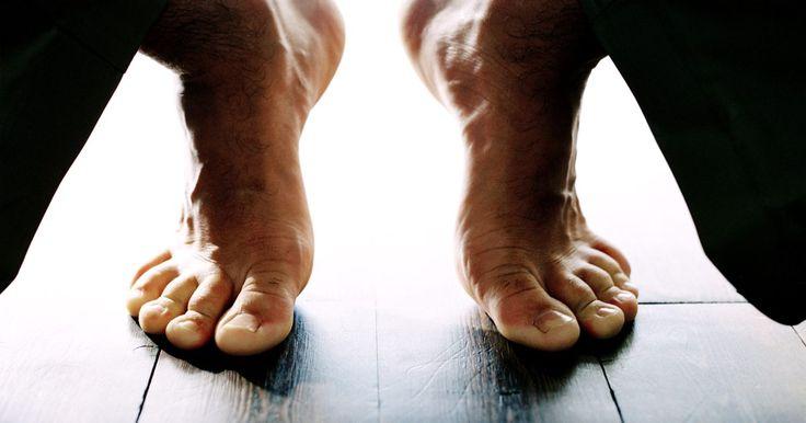 Como estalar um tornozelo. O tornozelo é uma articulação que muitas pessoas ignoram quando alongam o corpo, mas um bom estalo pode ser revigorante ao seu corpo todo. Se você está sentindo o tornozelo duro e tem vontade de estalá-lo como faz com os dedos, tente alguns bons alongamentos. A articulação do tornozelo pode fazer ruídos, mas a menos que o movimento seja doloroso, ...