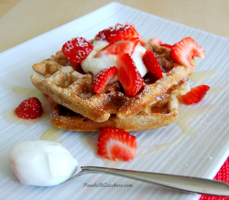 Waffles integrali con fragole, yogurt e miele