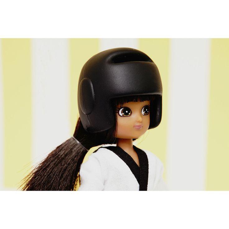Lottie Karatéka - SuperHero-Girls   Détail du casque de protection de la poupée Lottie Karatéka