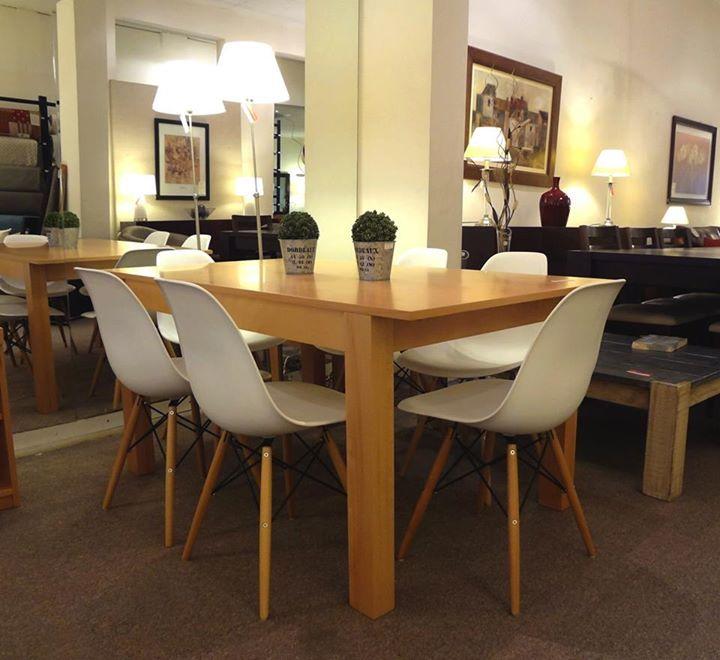 Mesa de comedor en madera de haya con silas Eames en color blanco.