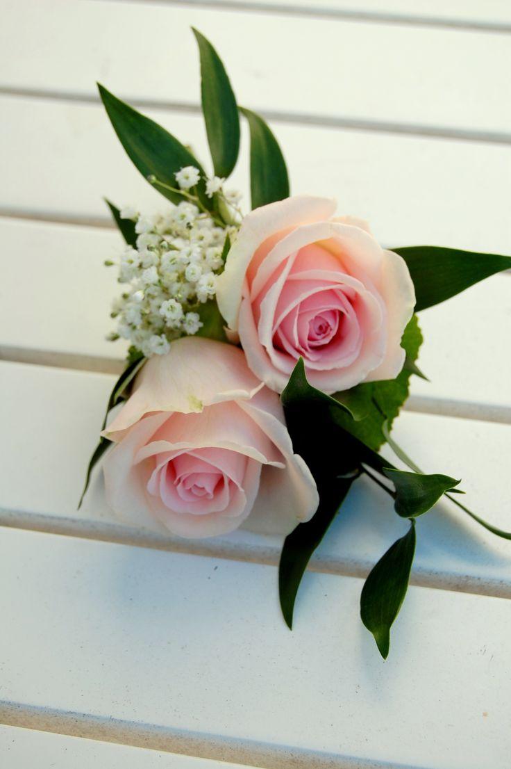 Oudercorsage - getuige corsage. Roze rozen met wit gipskruid. www.meesterlijkgroen.nl
