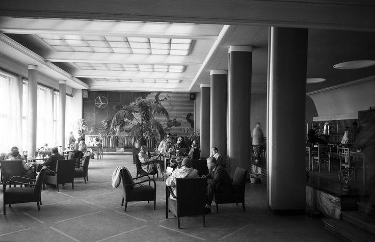 Kawiarnia na Okęciu Wnętrze poczekalni i kawiarni dworca lotniczego w tymczasowym budynku Okęcia w latach 1945-1969. Zdjęcie pochodzi z 1955 roku.