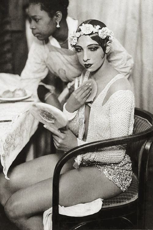 Josephine Baker in de kleedkamer van het Johan Strauss Theater in Wenen. 1928.