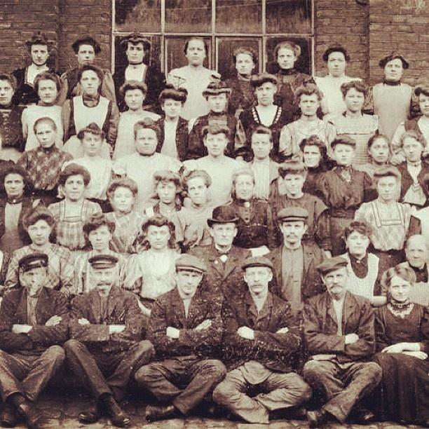 """@akerselvadigitalt's photo: """"Instagram anno 1907. Det var hardt å arbeide på Christiania Seildugsfabrik #seilduken, #kvinnearbeidsplass #klasseskiller Fabrikkvinnene tjente mindre enn mennene, men mer enn tjenestepikene."""""""
