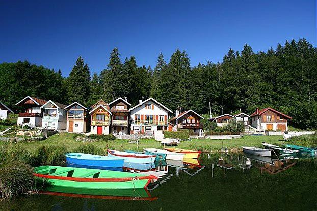 Venez prendre un grand bol d'air dans les Montagnes du Jura, et vous régaler de ses grands espaces et sa nature préservée, du haut du Mont d'Or aux rives du lac Saint-Point, 3ème lac naturel de France.