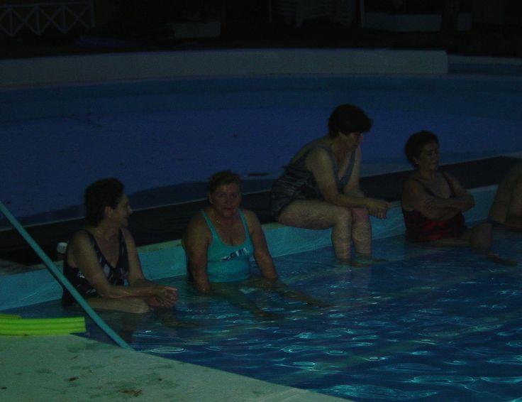 Liquiñe 2008. Ya de noche haciendo vida social en la piscina.