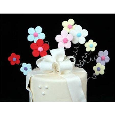 Sugar Daisy Cake Decoration : 46 best Gumpaste Daisies images on Pinterest Cold ...