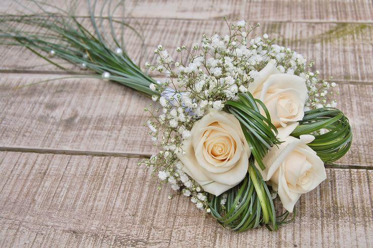 Boeket bruidsmeisje. Crème witte rozen, wit gipskruid, berengras. www.meesterlijkgroen.nl