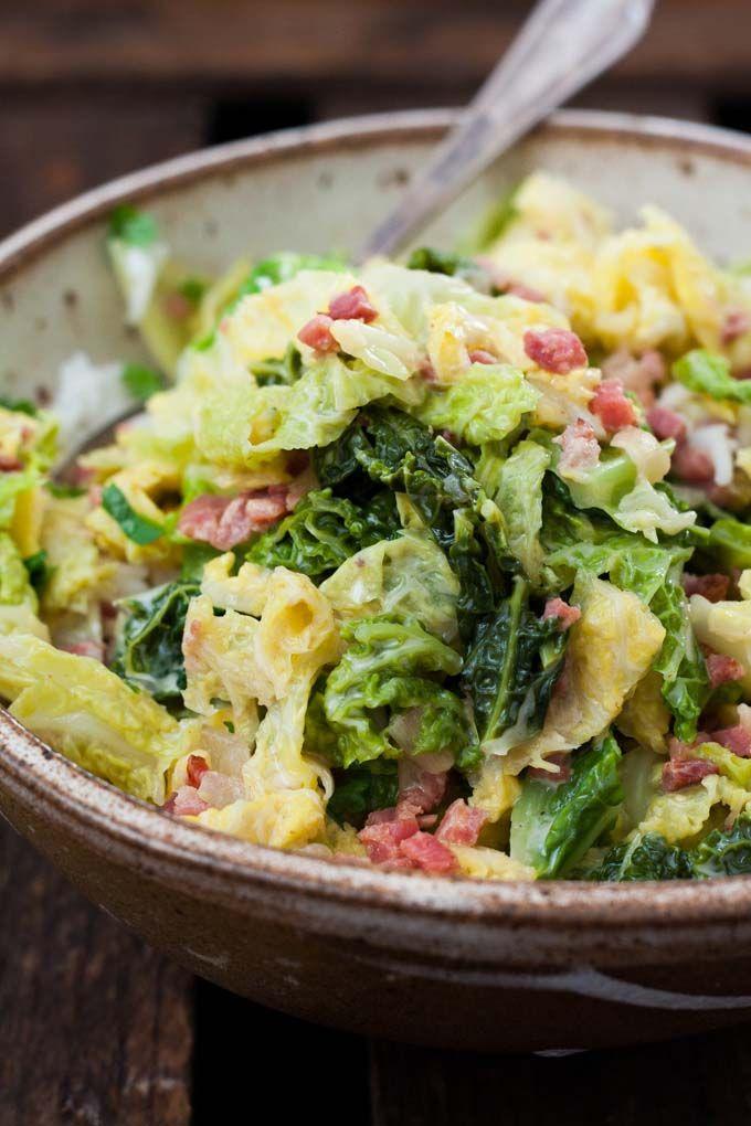 Wirsing mit Speck und Sahne - Alles was du brauchst ist Wirsing, Zwiebel, Speck, Sahne und Gemüsebrühe. Einfach und unglaublich lecker - Kochkarussell.com