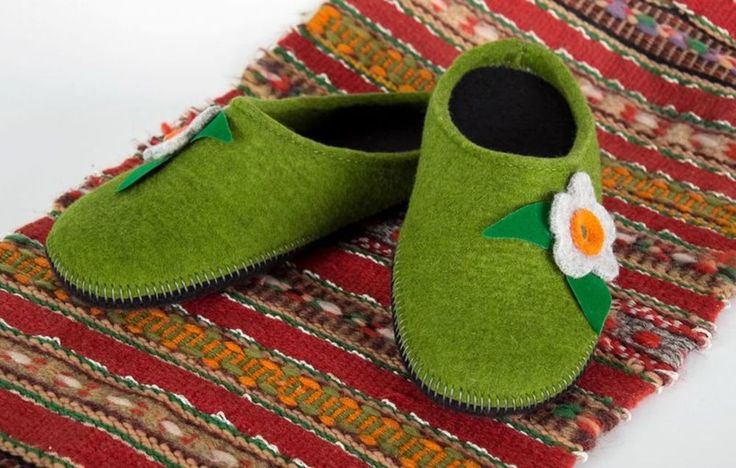 Women's felt slippers of green color with a flower #MadeHeartBuyhandmadegoods