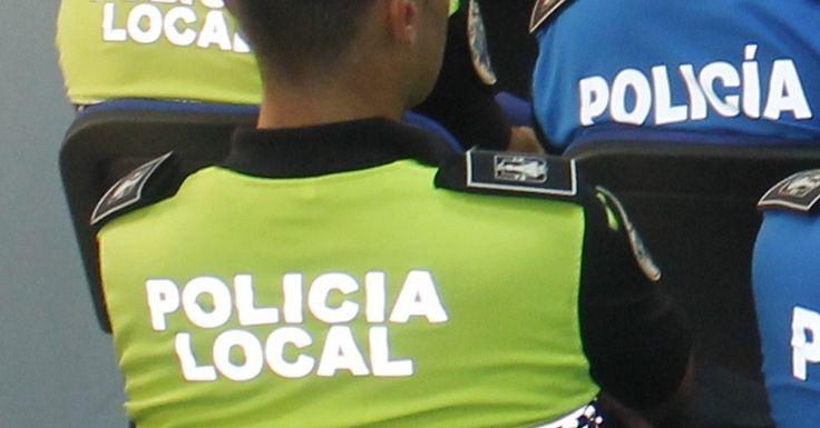 SALOBREÑA.Tras ser alertados por los viandantes, una patrulla de la Policía Local de Salobreña detuvo ayer tarde a dos individuos, un hombre y una mujer, que presuntamente
