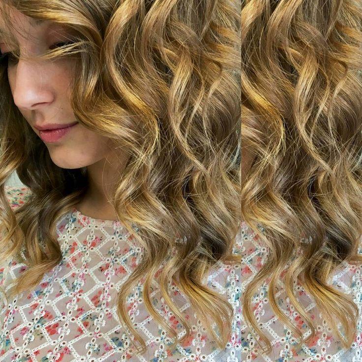 Nonostante il ☉☉ che splende, noi facciamo fulmini e saette con il nostro lightening! Hair stylist: Otilia Color: Lightening con Easytone sabbia e caramello Styling: Piega Onda Marina…