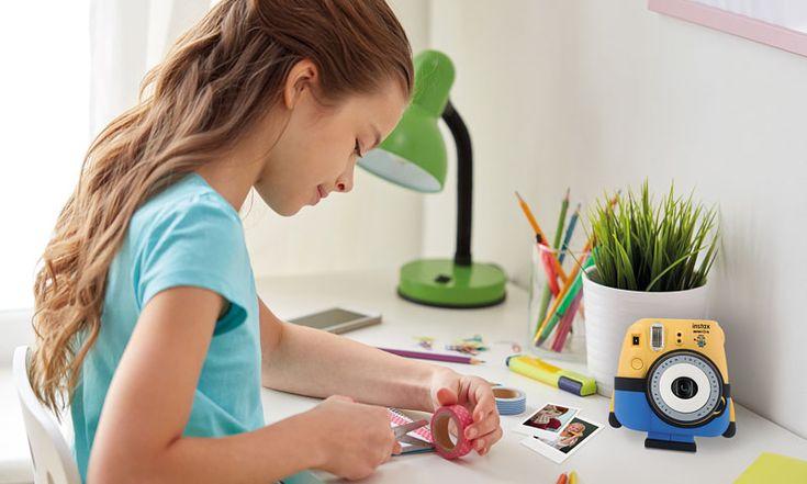 Kreative Geschenkidee: Wer noch auf der Suche nach einem passenden Geschenk für die kreativen Kleinen ist, hat mit der Minion-Sonderedition der Sofortbildkamera FUJIFILM instax mini 8 beste Chancen auf strahlende Kinderaugen. Link: http://www.bold-magazine.eu/kreative-geschenkidee/  #BOLDTHEMAGAZINE #FujiFilm #InstaxCamera #Minions