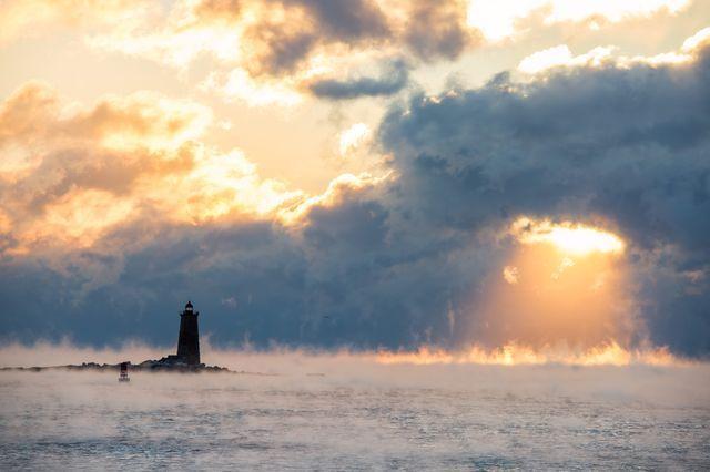 冬の朝の「蒸気霧」(米国ニューハンプシャー州)