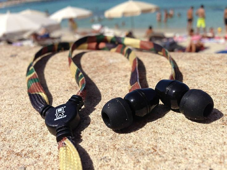 Camo earphones by QuBeat. Compatible with iPhone, iPod,Samsung, Blackberry and all devices with plug 3,5mm.