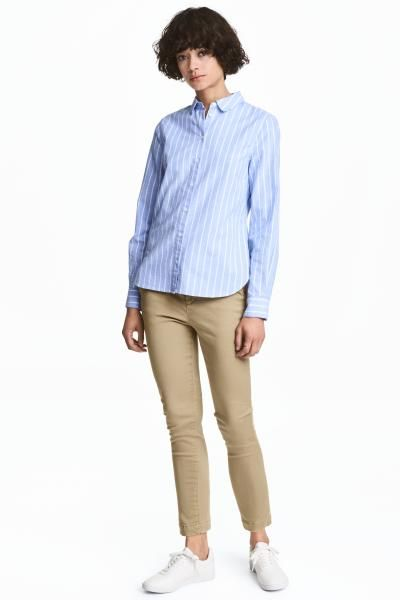 Fitted chinos in superstretch twill with a hook-and-eye fastener, zip fly, side pockets and welt back pockets.