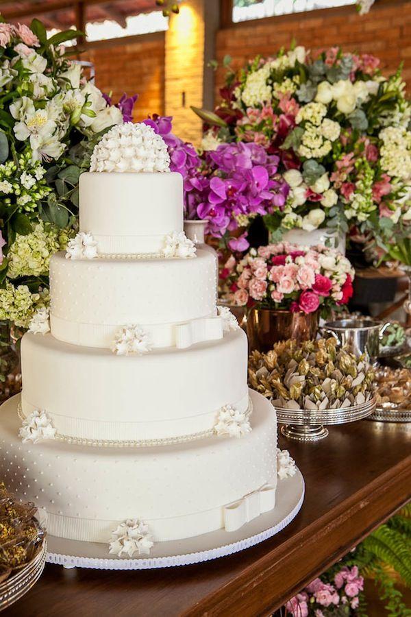Bolo de casamento de pasta americana, branco com quatro andares e topo em flores de açúcar Foto:Graziella Widman