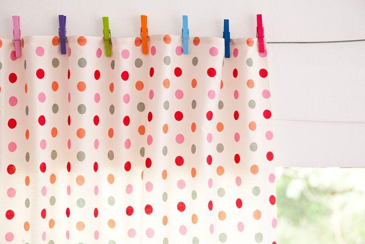 Faça você mesmo: ideias criativas com pregadores de roupa, como essa cortina de bolinhas coloridas para a cozinha