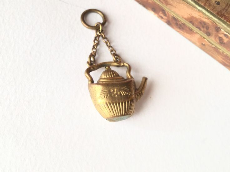 Victorian pinchbeck teapot charm, antique fob, victorian pendant - Teiera, pendente vittoriano in pinchbeck, fob antico, pendente vittoriano di Quieora su Etsy