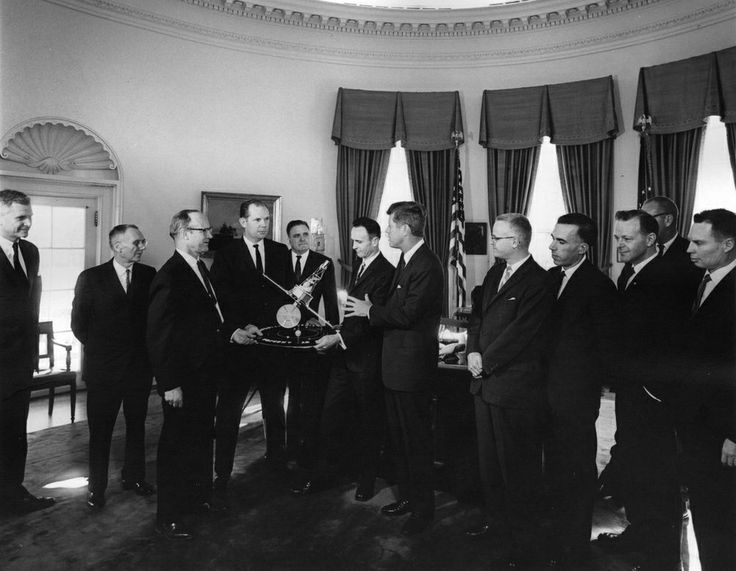 1963. 17 Janvier. Accession Number: AR7663-A. Par Abbie ROWE. National Aeronautics and Space Administration (NASA) officials present President John F. Kennedy with a model of the Mariner 2 spacecraft. (L-R) Dr. Robert C. Seamans, Jr., Associate Administrator of NASA; Hugh L. Dryden, Deputy Administrator of NASA; Dr. William H. Pickering, Director of NASA's Jet Propulsion Laboratory (JPL); Jack N. James, Project Manager of Mariner 2 for JPL; Dr. James E. Webb, Administrator of NASA; Robert J…