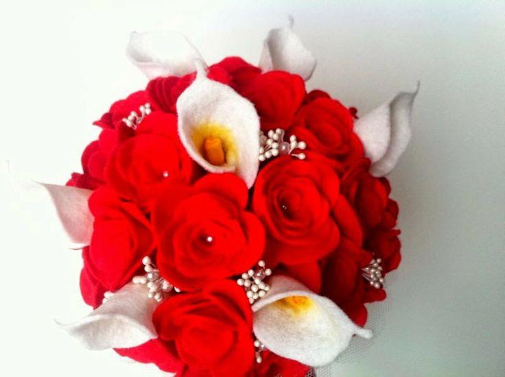 Ramo de fieltro: rosas rojas y calas blancas