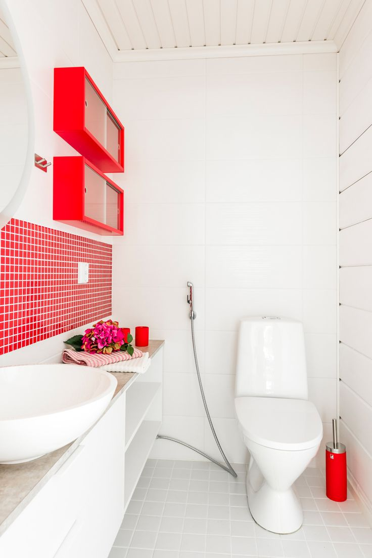 Kuusamon hirsitalo Nuuna. Seinässä Kristallimosaiikki punainen 23x23 mm ja Bel Air beverly white M25x55 cm, himmeä. Lattiassa Arkitekt Color valkoinen 97x97 mm, himmeä. #pukkilalaatat #pukkila