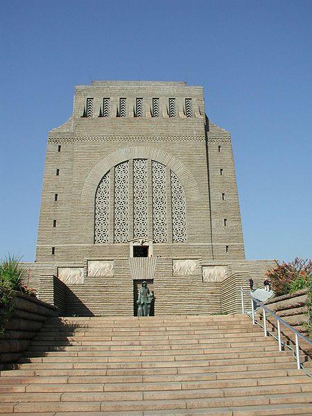 """Le Voortrekker Monument (monument aux Voortrekkers), situé à Pretoria, rend hommage aux pionniers boers qui partirent en 1835-1838 de la colonie du Cap pour amener leur culture et leur civilisation à l'intérieur des terres d'Afrique du Sud. Cette grande migration fut appelée """"Grand Trek"""". Elle est à l'origine de la création des républiques boers du Transvaal et de l'État libre d'Orange."""
