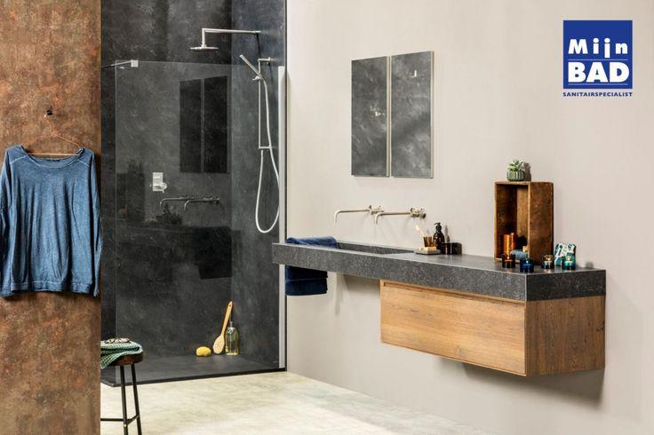 De trend Urban Jungle is perfect door te zetten in de badkamer! De robuuste betonlook afgewisseld met de kleuren van warm hout en verroest metaal gaan goed samen en maken van je badkamer een ware eyecatcher.  Foto: DekkerInterieur