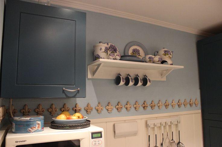 Petrol blauwe keuken met servies van JET , hortensia