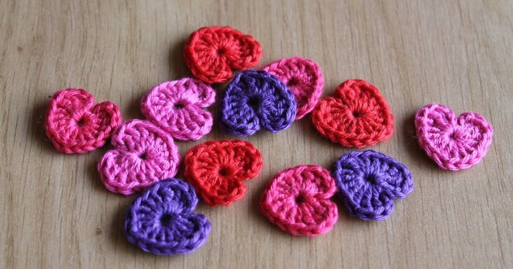 Ik haakte een heel aantal kleine hartjes in vrolijke kleuren. Ik gebruikte rood, paars en twee kleuren roze. Daar wordt je toch direct vroli...