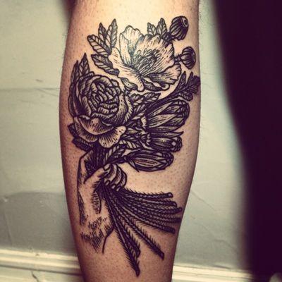 Tatuaggio di una mano che tiene un mazzo di fiori, simile alle incisioni. by Henric Nielsen