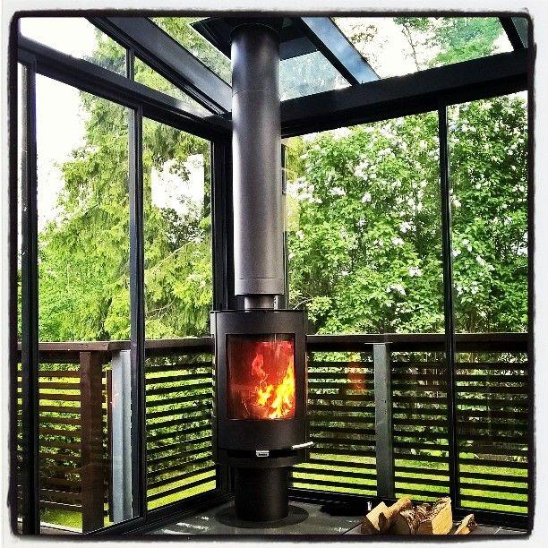 Mikäs tässä ollessa, kotona terassilla. Mihin sitä kesämökkiä tarvitsisikaan?  #lasiterassi #ulkotakka