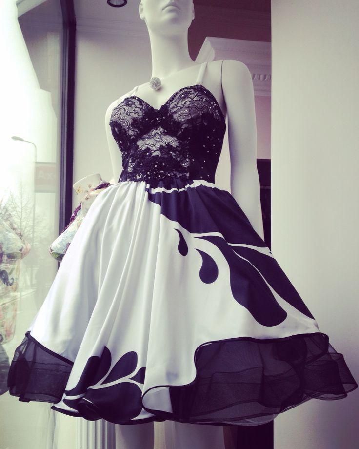 La salonul MARGO fiecare rochie este model unicat! Asa cum fiecare femeie este unica si minunata in felul ei, la fel si rochiile MARGO sunt realizate cu multă atenție, fiecare model in parte fiind original, spectaculos si special!  Rochie model unicat stil #marilynmonroedress realizată din mătase naturală de colectie, dantela #solstiss decorată cu #cristale #swarovski si #broderie din #margele lucrate manual. MARGO - 0744912740 - B-dul 15 Noiembrie, nr. 36, Brasov   #luxurydress #womaninlove…