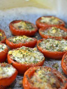 Hoy vengo con una receta sencilla y muy rica, perfecto para guarnición ¡O para comer solo con un poco de arroz blanco! De cualquier forma estos tomates asados con queso parmesano os encantarán.