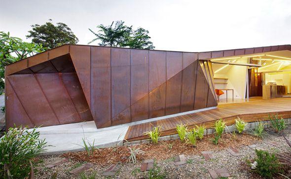 Très belle extension à Balmain, Australie  On doit cette magnifique extension aux architectes australiens du studio Innovarchi. Élaborée en réponse à une directive locale indiquant que les nouveaux bâtiments doivent être munis d'un toit en pente, cette construction se ramifie à l'arrière d'une maison existante afin de fournir un atelier, une buanderie et une cuisine/barbecue.
