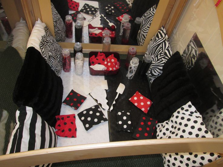 Black, White and Red Area - This is our cube that the younger babies have access to. We have created a range of resources for this area from sensory bottle to bean bags to pom poms!!