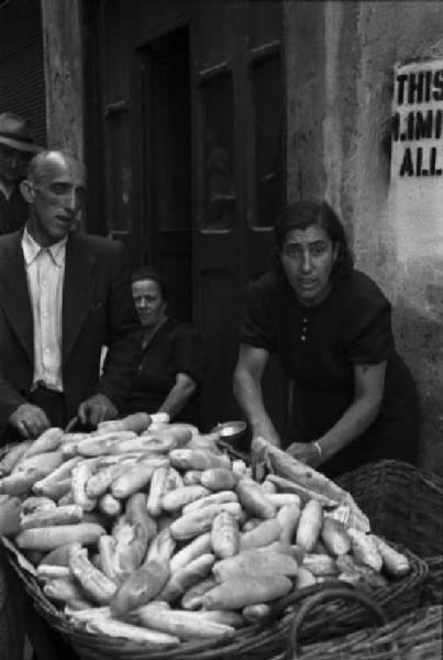 Italia Dopoguerra. Genova, Shangay Street. Venditrici di pane.