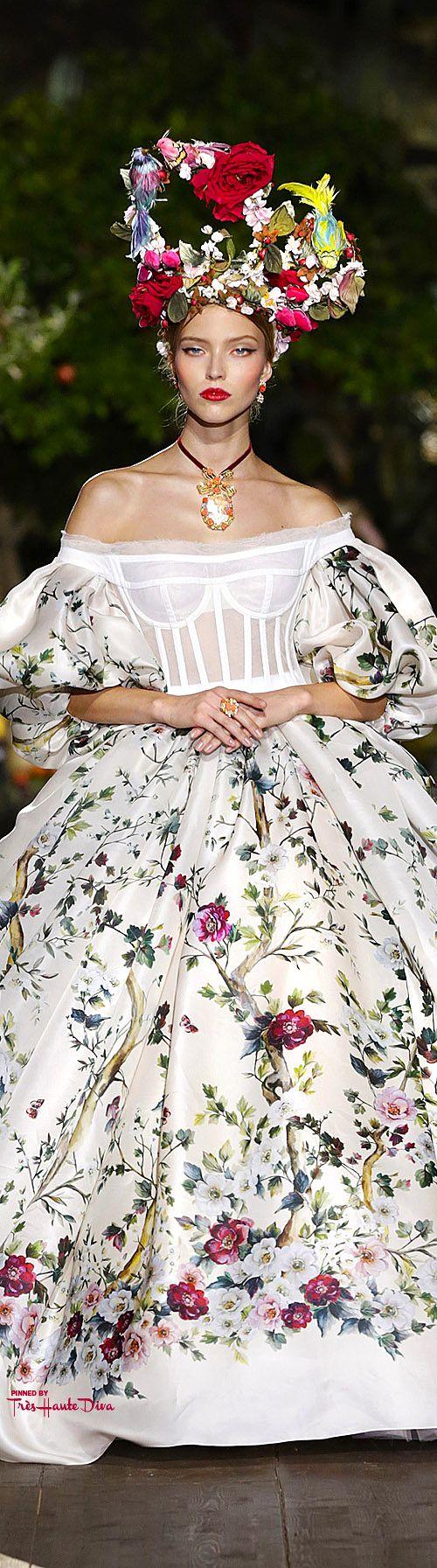 Très Haute Diva ♔ Dolce & Gabbana Alta Moda Fall/Winter 2015-16 #Portofino  Os temas da natureza eram muito utilizados no período do rococó. Era comum fazer imensos penteados com adornos